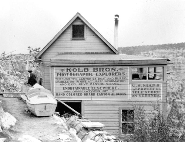 Tourist magnet: One of the two boats of the brothers in front of their photo studio. The boat should increase the photographers' reputation and attract visitors to the South Rim of the Grand Canyon. The public response to their work was so great that in 1913 the brothers had to continue to expand their hut. | Grand Canyon National Park / Kolb Brothers