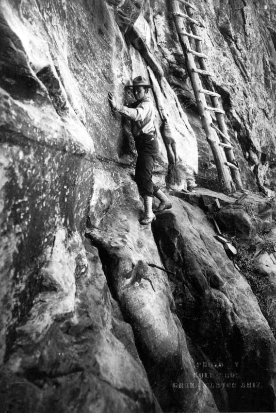 Dangerous climbing: For their spectacular images the brothers also ventured into poorly developed areas of the Grand Canyon. When they left the paths, they tied their mules and carried the heavy photo equipment on her shoulders. Here we see Ellsworth Kolb on the Hummingbird Trail in the Coconino Sandstone. The photo was taken around 1913. | Grand Canyon National Park / Kolb Brothers