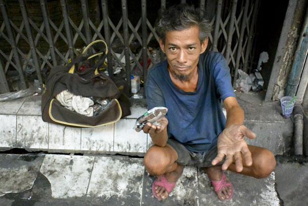 Beggar (yes I gave him money) | Nikon V2, Nikkor 10mm F2.8
